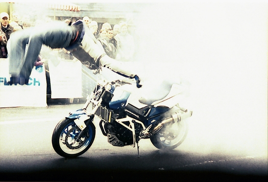 Akrobatik bei der Stuntshow mit Griffin
