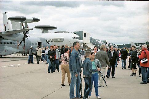 Besucher beim Tag der offenen Tür auf dem NATO-Gelände in Geilenkirchen