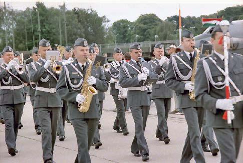 Militärmusiker beim Nato-Aufmarsch