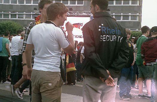 Besucher und Security auf der Fanmeile Remscheid