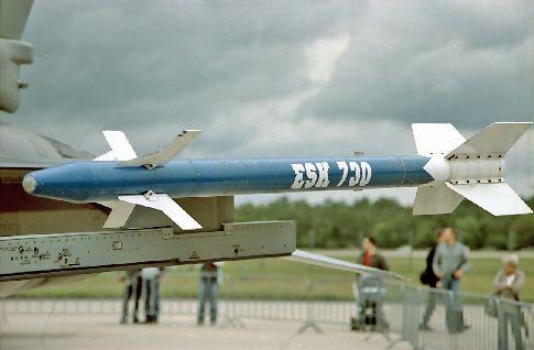 Rakete an einem Kampfflugzeug