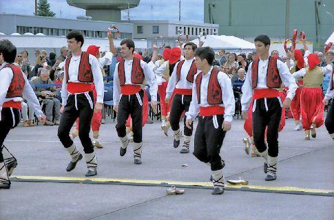 Türkische Tanztruppe auf dem NATO-Gelände