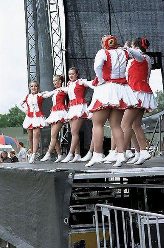 Tanztruppe aus Linnich auf dem Nato-Gelände