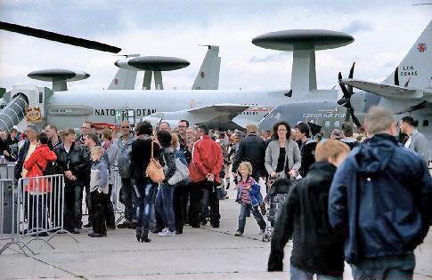 Besucher der AWACS-Maschine